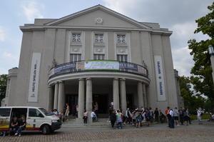 """Theater Vorpommern mit Banner und """"Medientrecker"""" (links)"""